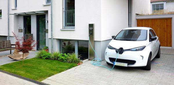 Über eine Ladestation wird das Elektrofahrzeug mit PV-Strom vom Hausdach versorgt. (© Fraunhofer ISE)